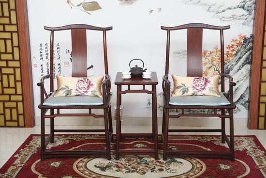 秀饰坊会根据红木家具的风格特色进行定制化软装(沽之大匠供图)1.JPG