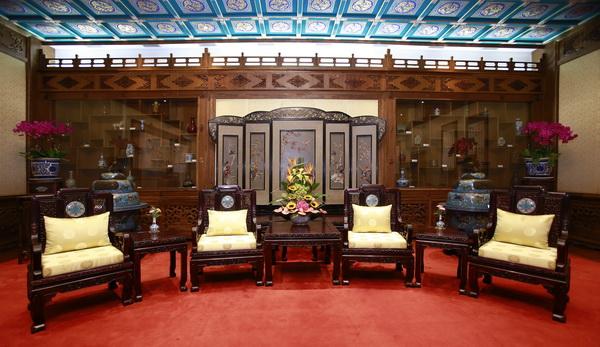 由瑞�N家居提供软装、红宝轩红木生产的33件景泰蓝黑酸枝家具――《国宾沙发》被钓鱼台国宾馆收藏,用于接待国内外重要贵宾_调整大小.jpg
