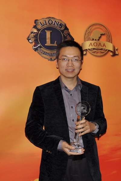 万盛宇红木总经理朱飒飒代表公司出席颁奖典礼_调整大小.JPG